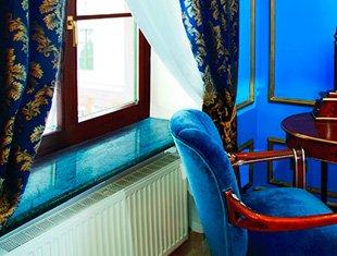 Данке в интерьере синей гостинной